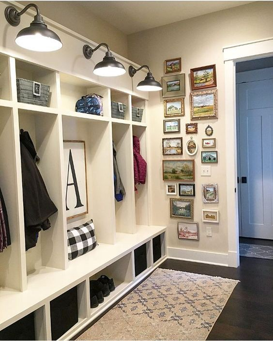 Beautiful home mudroom idea I love for organizing and decluttering all the STUFF
