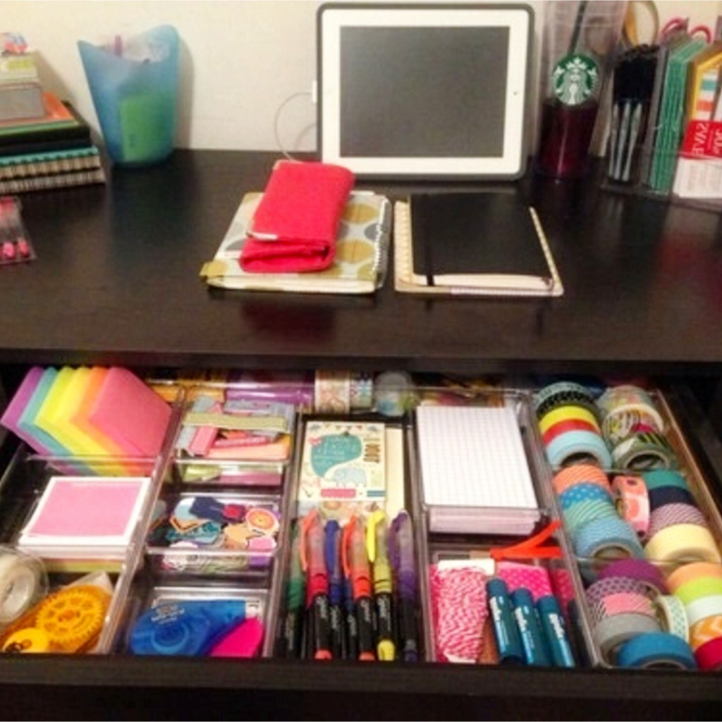 LOVE this organized office desk drawer! This is how I want my desk in my dorm room to look!